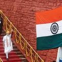 <p> Thủ tướng Ấn Độ Narendra Modi vẫy chào người dân sau bài phát biểu mừng ngày Quốc khánh tại Red Fort, Delhi. Anh: <em>Reuters</em>.</p>