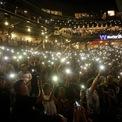 <p> Mọi người bật đèn điện thoại để tưởng niệm các nạn nhân trong vụ xả súng tại một cửa hàng của Walmart tại El Paso, Texas. Ảnh: <em>Reuters</em>.</p>