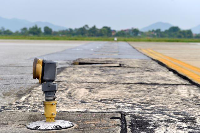 Xuất hiện tình trạng nứt dọc đường cất - hạ cánh tại sân bay Nội Bài