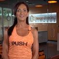 <p> Ellen Latham ra mắt Orangetheory Fitness vào năm 2010. Sau 9 năm, doanh thu của công ty đạt một tỷ USD với 1.100 phòng tập trên khắp thế giới. (Ảnh: <em>Orangetheory Fitness/ YouTube</em>)</p>