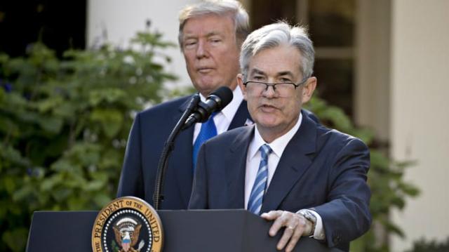 Tổng thống Mỹ Donald Trump (trái) và chủ tịch Fed Jerome Powell. Ảnh: CNBC.