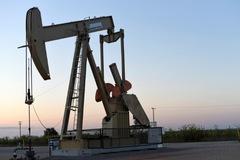 Giá dầu giảm hơn 1%, vàng tăng 2% sau khi Trung Quốc áp thuế đáp trả Mỹ