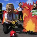 """<p> Một người đàn ông đeo mặt nạ Tổng thống Donald Trump cùng với """"lãnh đạo"""" của các quốc gia khác trong buổi biểu tình trước Hội nghị thượng đỉnh G7 tại Biarritz, Pháp vào ngày 23/8. Liên minh châu Âu và Đức đang ủng hộ lời kêu gọi của Tổng thống Pháp Emmanuel Macron để đưa sự kiện cháy rừng Amazon vào chương trình nghị sự của Hội nghị thượng đỉnh G7 vào cuối tuần này. Từ trái qua phải là những người đeo mặt nạ Thủ tướng Italia Giuseppe Conte, Tổng thống Pháp Emmanuel Macron, Thủ tướng Canada Justin Trudeau và Thủ tướng Nhật Bản Shinzo Abe. Ảnh: <em>AP</em>.</p>"""
