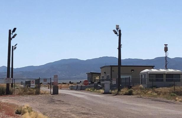 Lối vào Khu vực 51 từ phía Rachel, bang Nevada. Ảnh: Reuters.