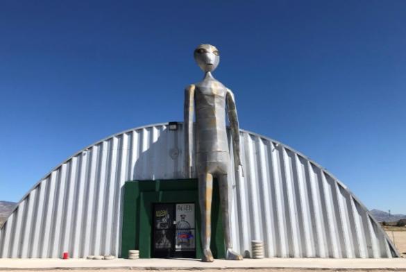 Bên ngoài cửa hàng lưu niệm Alien Research Facility ở Rachel, bang Nevada, ngày 16/8. Ảnh: Reuters.