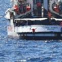<p> Người di cư nhảy khỏi tàu cứu hộ Open Arms của Tây Ban Nha tại khu vực sát bờ biển Lampedusa, Italia vào ngày 20/8. Chiếc tàu cứu hộ này bị mắc kẹt ở ngoài khơi thuộc miền Nam Italia suốt 19 ngày do phải đợi quyết định cho phép cập cảng. Chính phủ Italia trước đó đã ban hành lệnh cấm cập cảng với các tàu cứu hộ tư nhân. Vào thời điểm này, có 10 trong số 100 người di cư trên tàu quyết định nhảy xuống biển để bơi vào bờ. Cuối ngày, chiếc tàu được phép cập cảng. Ảnh: <em>Reuters</em>.</p>