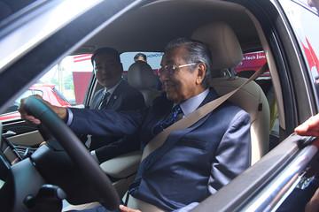 Thủ tướng 94 tuổi của Malaysia lái thử xe VinFast