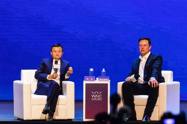 Ông Jack Ma (trái) và ông Elon Musk tại WAIC sáng nay. Ảnh: Bloomberg.