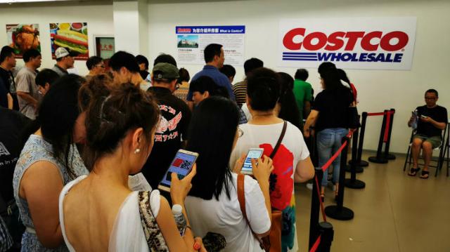 Khách xếp hàng trước cửa hàng Costco mới mở cửa ở Thượng Hải. Ảnh: Getty Images.