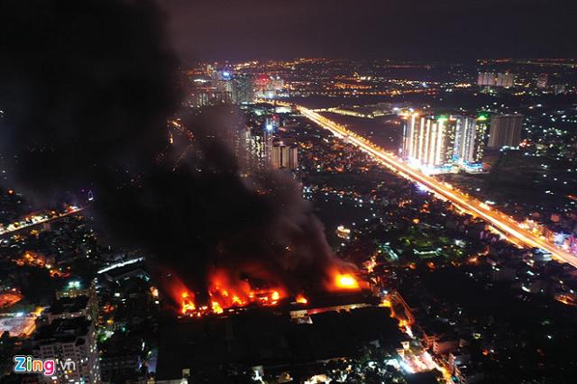 Vụ cháy thiêu rụi 6.000m2 kho của Rạng Đông