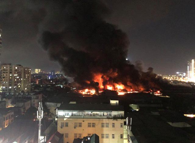 Ngọn lửa bốc lên dữ dội từ khu vực nhà máy phích nước Rạng Đông rồi nhanh chóng lan ra nhà xưởng. Nguồn: Trí Thức Trẻ