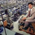 <p> Với chiến lược bán trực tiếp từ phân xưởng đến tay người tiêu dùng mà không thông qua trung gian, hãng máy tính của Dell nhanh chóng trở thành đối thủ cạnh tranh đáng gờm với các ông lớn. Khi mới 27 tuổi, Michael Dell là CEO trẻ nhất dẫn đầu danh sách Fortune 500.</p>