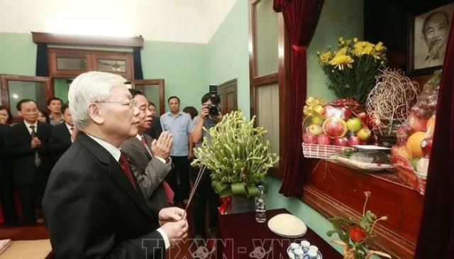 Tổng Bí thư, Chủ tịch nước Nguyễn Phú Trọng kính cẩn dâng hương, tưởng nhớ và tri ân công lao to lớn của Chủ tịch Hồ Chí Minh - Ảnh: TTXVN.