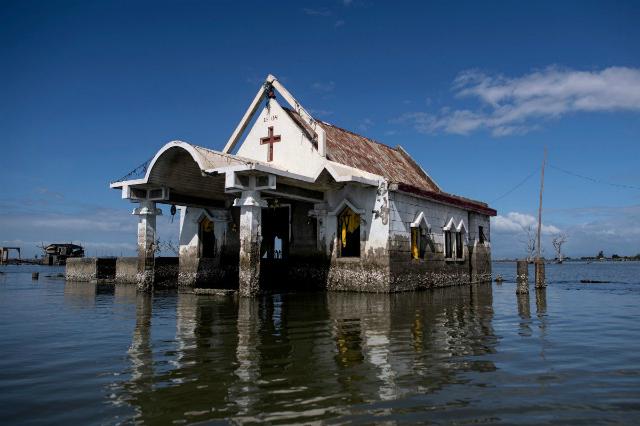 Một nhà thờ nằm giữa biển nước ở
