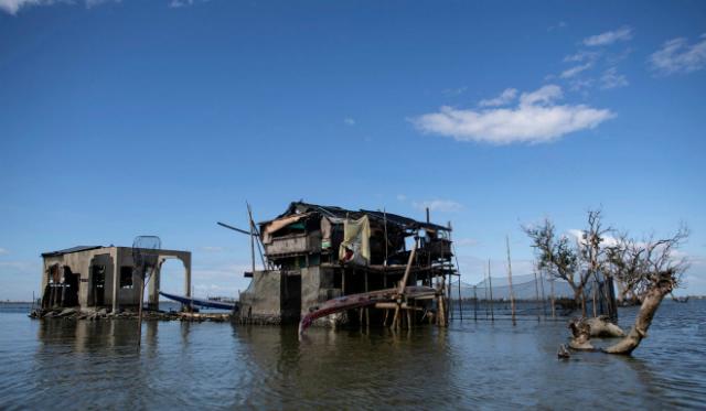 Những ngôi nhà được dựng trên trụ chống bằng tre ở Sitio Pariahan, tỉnh Bulacan, Philippines. Ảnh: AFP.