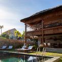 """<p> <span style=""""color:rgb(0,0,0);"""">Không chỉ dùng lá dừa, các kiến trúc sư còn tối ưu tận dụng các vật liệu địa phương, cho phép tạo nên sự hài hòa trong kiến trúc. Quan trọng hơn, điều này giúp bảo tồn và phát huy các giá trị truyền thống trong thời đại công nghiệp ở Việt Nam hiện nay.</span></p>"""