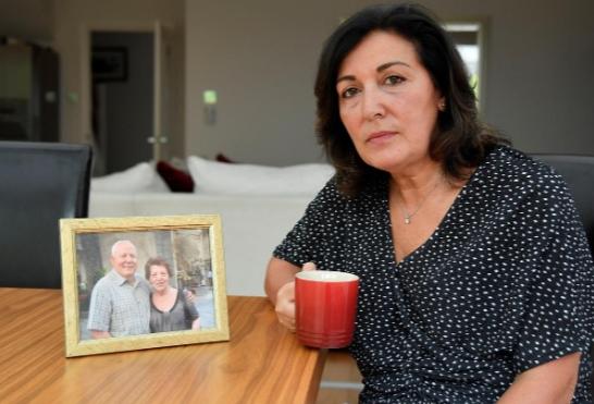 Anna Amato ngồi cạnh bức ảnh chụp cha mẹ tại nhà ở Bristol, Anh, hôm 28/8. Ảnh: Reuters.