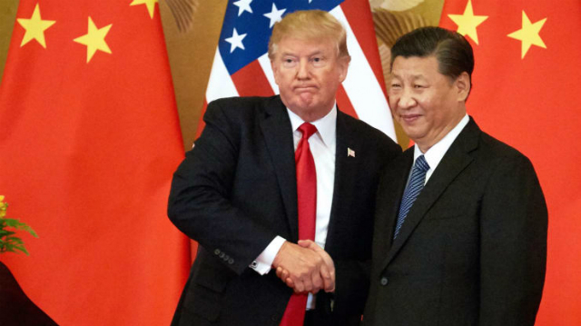 Tổng thống Mỹ Donald Trump (trái) bắt tay Chủ tịch Trung Quốc Tập Cận Bình tại B