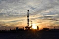 Số liệu sản xuất Mỹ kém, giá dầu giảm