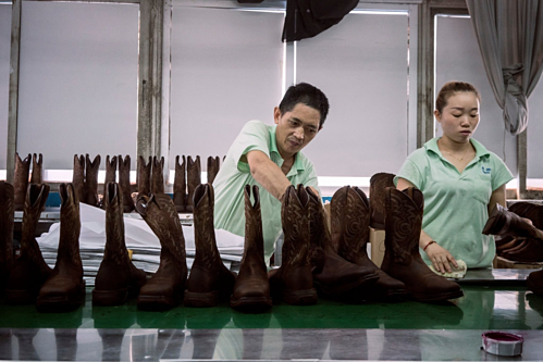 Công nhân làm việc tạiYong Du Shoes tại Hồ Châu, Chiết Giang, Trung Quốc. Ảnh:Giulia Marchi