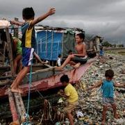 Nghèo đói đã trầm trọng hóa khủng hoảng nhựa ở Philippines như thế nào?