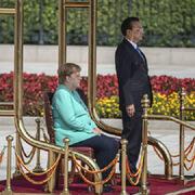 Thủ tướng Đức lại ngồi ghế trong lễ đón chính thức