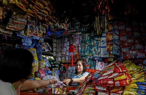 Một cửa tiệm tạp hóa ở Manila, Philippines. Ảnh: Reuters.