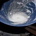 <p> Siêu bão Dorian, một trong những cơn bão mạnh nhất thế giới, nhìn từ Trạm vũ trụ Quốc tế vào ngày 2/9. Năm 2019 đã là năm thứ 4 liên tiếp biển Đại Tây Dương xuất hiện các siêu bão đạt mức độ cao nhất trên thang cảnh báo bão. Ảnh: <em>NASA</em>.</p>
