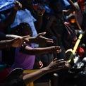 """<p class=""""Normal""""> Bức ảnh chụp cảnh người dân tại thị trấn Marsh Harbour với tay xin đồ cứu trợ sau khi bị trận siêu bão Dorian vào ngày 7/9. Cơn bão tràn vào đảo Bahamas vào ngày 1/9 với sức gió giật lên đến 354 km/h. Theo Reuters dẫn nguồn từ cơ quan chức năng đảo quốc Bahamas, số người thiệt mạng do cơn bão gây ra đã tăng lên 43. Liên Hợp Quốc cho biết hơn 70.000 người ở Bahamas cần hỗ trợ nhân đạo khẩn cấp. Ảnh: <em>Getty Images.</em></p>"""