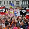 <p> Người dân biểu tình chống Brexit bên ngoài tòa nhà Quốc hội tại London, Anh vào ngà 3/9. Ảnh: <em>Reuters</em>.</p>