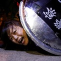 <p> Một người biểu tình bị cảnh sát bắt giữ bên ngoài đồn cảnh sát Mong Kok tại Hong Kong vào ngày 2/9. Hơn 1.100 người đã bị bắt kể từ khi làn sóng biểu tình và bạo lực chống chính phủ leo thang vào tháng 6. Ảnh: <em>Reuters</em>.</p>
