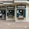 <p> Số khách du lịch tới mua vé tham quan Disneyland Hong Kong gần đây chỉ đếm trên đầu ngón tay.Ảnh: <em>SCMP.</em></p>