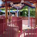 <p> Không còn xuất hiện khung cảnh người người xếp hàng chờ chơi trò chơi tại Disneyland Hong Kong.Ảnh: <em>SCMP.</em></p>