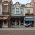 """<p class=""""Normal""""> Các cửa hàng trên phố hoặc đóng cửa hoặc không có ai ra vào. Một số vị khách tranh thủ ngồi nghỉ trước một cửa hàng lưu niệm đã đóng cửa. Ảnh: <em>SCMP.</em></p>"""