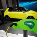 <p> Xe điện của Honda và mô hình trạm sạc Ubitricity. Honda E được nhận xét là chiếc ôtô nhỏ gọn và dễ thương, được trang bị camera quan sát thay cho gương chiếu hậu trên xe. Nhà sản xuất ô tô Nhật Bản tin rằng Honda e 2020 là lựa chọn hoàn hảo cho những người thường xuyên di chuyển trong đô thị đông đúc. Đặc biệt, với tính năng sạc nhanh, Honda e 2020 có thể sạc đầy 80% pin chỉ trong vòng 30 phút. Ảnh: <em>Reuters.</em></p>