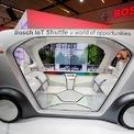 <p> Xe bus trung chuyển IoT (Internet of Things) của Bosch. Ảnh: <em>Reuters</em>.</p>
