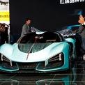 <p> Chủ tịch Xu Liuping của FAW Group giới thiệu mẫu siêu xe Hongqi S9. Ảnh: <em>Reuters</em>.</p>