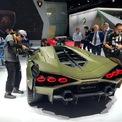 """<p> Mẫu xe hybrid Sian phiên bản giới hạn của Lamborghini. Mẫu siêu xe này được phát triển dựa trên Aventador, động cơ hybrid kết hợp máy xăng 6.5 V12 và một môtơ điện. Ngoài ra, thay vì pin lithium-ion, Lamborghini sử dụng siêu tụ điện, mạnh gấp 3 lần so với pin cùng trọng lượng. Ông Gabrielano Domenicali, CEO của Lamborghini, nói: """"Sian đại diện cho bước đầu tiên trong lộ trình điện khí hóa của hãng và động cơ V12 thế hệ tiếp theo"""". Ảnh: <em>Reuters</em>.</p>"""