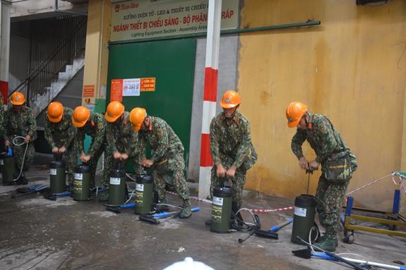 Lực lượng Quân đội bắt đầu tiêu tẩy độc tại công ty Rạng Đông