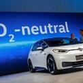 """<p class=""""Normal""""> Mẫu xe điện mới của Volkswagen, ID.3, được đánh giá là quan trọng nhất kể từ thời hậu Beetle. Ở thời điểm ra mắt, ID.3 có 3 cấu hình ắc quy cho tầm hoạt động tối đa khác nhau là 330 km (45 kWh), 420 km (58 kWh) và 550 km (77 kWh). Ảnh: <em>Reuters</em>.</p>"""
