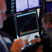 Phố Wall trái chiều, S&P 500 giữ ở sát đỉnh lịch sử