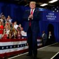 """<p> Tổng thống Mỹ Donald Trump trong buổi vận động người dân bỏ phiếu cho ông trong đợt bầu cử 2020 tại Fayetteville, North Carolina vào ngày 9/9. Tuần qua, ông Trump đưa ra một số quyết định giúp căng thẳng thương mại Mỹ - Trung """"hạ nhiệt"""" như hoãn tăng thuế 2 tuần với 250 tỷ USD hàng Trung Quốc và đánh tín hiệu về một thỏa thuận tạm thời với đối phương.</p> <p> Kết quả các cuộc thăm dò dư luận gần đây cho thấy tỷ lệ công chúng ủng hộ ông Trump đang thấp hơn nhiều so với các ứng cử viên tổng thống hàng đầu của đảng Dân chủ. Ngược lại, phần lớn nhà lãnh đạo doanh nghiệp ở Mỹ vẫn dự đoán Trump tái đắc cử trong cuộc đua vào Nhà Trắng trong năm sau. Ảnh: <em>AP</em>.</p>"""