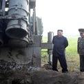 """<p> Nhà lãnh đạo của Triều Tiên Kim Jong-un tham dự buổi thử bệ phóng đa tên lửa siêu lớn vào ngày 10/9. Sự kiện này đánh dấu vụ thử nghiệm vũ khí thứ 10 của Triều Tiên trong năm nay, và diễn ra chỉ vài giờ sau khi Bình Nhưỡng đề xuất khôi phục đàm phán hạt nhân với Washington.</p> <p> Trong một tuyên bố, Thứ trưởng Ngoại giao Triều Tiên Choe Son-hui khẳng định nước này sẵn sàng ngồi vào bàn thương lượng với Washington """"vào thời gian và địa điểm được thống nhất vào cuối tháng 9"""". Ảnh: <em>Reuters</em>.</p>"""