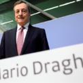 """<p class=""""Normal""""> Chủ tịch Ngân hàng Trung ương châu Âu (ECB), Mario Draghi, trong phiên họp báo ngày 12/9.</p> <p class=""""Normal""""> Sau phiên họp chính sách tháng 9, ông Draghi cho biết ngân hàng trung ương châu Âu quyết định hạ lãi suất 0,1% xuống thấp kỷ lục -0,5%, đồng thời bắt đầu mua gần 22 tỷ USD trái phiếu từ tháng 11 để kích thích tăng trưởng kinh tế và lạm phát tại khu vực đồng tiền chung châu Âu.</p> <p class=""""Normal""""> Chủ tịch ECB đánh giá rủi ro khu vực này rơi vào suy thoái đang ở mức thấp, nhưng ngày càng tăng lên. Theo kế hoạch, ông Draghi sẽ nhường lại ghế chủ tịch ECB cho bà Christine Lagarde, cựu Chủ tịch Quỹ Tiền tệ Quốc tế, từ tháng 11. Ảnh: <em>Reuters</em>.</p>"""