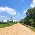 <p> Ngoài ra, đường giao thông vào khu tái định cư còn khá đơn sơ, chưa có đường chính kết nối, người dân vẫn phải di chuyển trên con đường đất tạm bợ.</p>