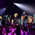 """<p class=""""Normal""""> Zhang có phong cách lãnh đạo khác với Ma - người mà Sinead Baker của <em>Business Insider</em> trước đây mô tả là """"nhà sáng lập công nghệ lòe loẹt nhất hành tinh"""".</p> <p class=""""Normal""""> Jack Ma từng tham gia một bộ phim võ thuật, hát tại một lễ hội âm nhạc và từng hoá trang thành Michael Jackson để trình diễn trong bữa tiệc của công ty. Tỷ phú này cũng được biết đến với các sự kiện xa hoa mà ông tổ chức cho nhân viên trong sự kiện mua sắm hàng năm Singles Day.</p> <p class=""""Normal""""> Điều đó không có nghĩa là Zhang sẽ không tham gia vào các sự kiện của Alibaba. Cách đây ít ngày, Zhang đã biểu diễn ca khúc """"You raise me up"""" của Josh Groban cùng với Jack Ma tại bữa tiệc về hưu của cựu chủ tịch. (Ảnh: <em>Alibaba</em>)</p>"""