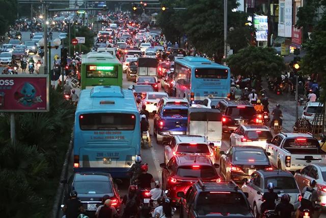Chuyên gia: 'Hà Nội tắc nặng hơn nếu tách làn xe buýt'