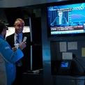 """<p> Các nhân viên môi giới của Sở giao dịch chứng khoán New York theo dõi buổi họp báo của Chủ tịch Cục Dự trữ Liên bang Mỹ (Fed) Jerome Powell trên màn hình TV vào ngày 18/9. Sau hai ngày họp chính sách, Fed thông báo hạ lãi suất 0,25% về khoảng 1,75% - 2%, ghi nhận đợt giảm thứ 2 trong năm 2019. Chủ tịch Powell tiếp tục cam kết """"hành động phù hợp"""" để duy trì đà tăng trưởng kinh tế Mỹ. Ngay sau đó, Tổng thống Donald Trump viết trên Twitter rằng: """"Jay Powell và Fed lại thất bại. Không can đảm, không phán đoán và không có tầm nhìn!"""". Ảnh: <em>Getty Images.</em></p>"""