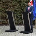 """<p> Thủ tướng Luxembourg Xavier Bettel đứng cạnh chiếc bục trống vốn dành cho Thủ tướng Anh Boris Johnson trong buổi họp báo ngày 16/9. Trước đó, ông Johnson đã có buổi làm việc cùng các quan chức châu Âu về vấn đề Anh rời khỏi Liên minh châu Âu (Brexit). Tuy nhiên, ông Johnson đã không tham gia họp báo sau khi bị một nhóm đông người biểu tình chống Brexit la hét và phản đối bên ngoài dinh thự của tổng thống Luxembourg. Trong khi đó, ông Bettel chỉ vào bục trống của thủ tướng Anh và nói: """"Như vậy, bây giờ mọi chuyện đang nằm trong tay ông Johnson. Ông ấy đang nắm trong tay tương lai của mọi người dân Anh và cả người dân EU tại Anh. Đó là trách nhiệm của ông. Cả người dân của ông và người dân chúng tôi phụ thuộc vào ông. Nhưng thời gian đang cạn dần và ông cần sử dụng nó khôn ngoan"""". Ảnh: <em>Bloomberg</em>.</p>"""