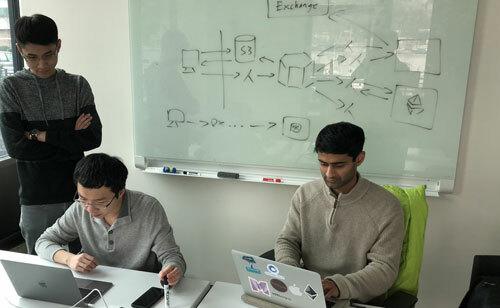 Khôi (bìa trái) cùng đồng nghiệp tại phòng làm việc. Ảnh: NVCC